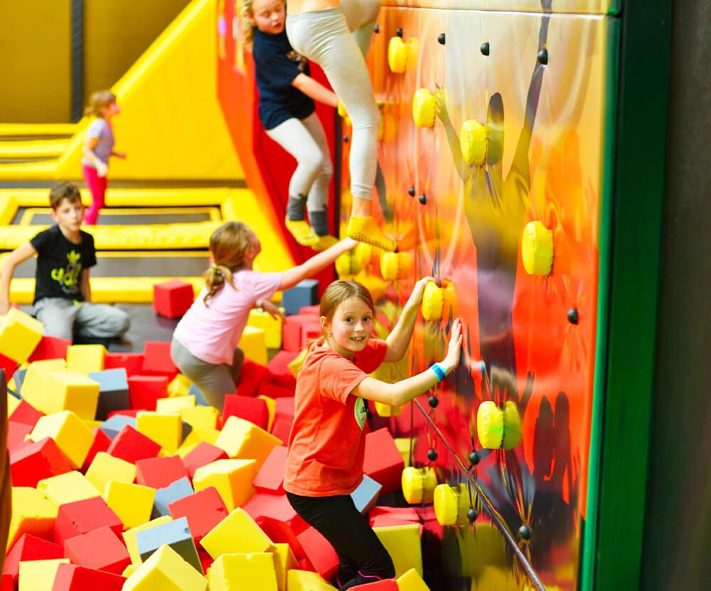 Atrakce Jump and Kids arény Tábor Lezecká stěna